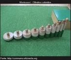 Cilindros verdes que variam em altura e largura. A menor cilindro é o mais grosso e mais alto do cilindro é o mais fino. Encontram-se dispostos ordem de tamanho e expessura.