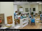 Sala de aula moderna que segue a metodologia adotada por Montessori.
