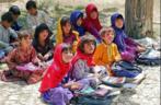Foto de uma escola em Bamozai, perto Gardez, Província de Paktya, Afeganistão. A escola não tem edifício. As aulas são realizadas ao ar livre, à sombra de um pomar.