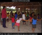 Crianças Irantxe dançando, da aldeia Cravari, Terra Indígena Irantxe, Mato Grosso.
