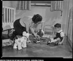 Foto de cena em família de uma professora de Jardim da Infância (década de 50).