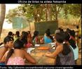 As escolas indígenas, assim como aquelas dos não-índios, também são um espaço de aprendizado das crianças. Muitas vezes o conteúdo que é ensinado ali pelos professores é bem diferente daquele que é transmitido pelos parentes na aldeia. É claro que estes conteúdos podem se misturar em alguns momentos, mas a escola tem como foco ensinar a escrever, ler, fazer conta, entre outros conhecimentos importantes para o diálogo com o mundo dos não-índios, já os parentes ensinam as formas de se organizar da comunidade, como produzir artefatos e tudo aquilo que é importante para se viver bem naquele grupo.