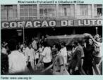 Estudantes carregam o caixão de Édson Luis, secundarista de 16 anos. Sua morte marcou um dos mais tristes episódios da história da UBES e da ditadura militar. Baleado em 1968 em uma manifestação de estudantes contra o fechamento de um restaurante popular do Rio, Edson se tornou símbolo da resistência ao regime militar.