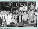 Secundaristas param o transpote de bondes no Rio de Janeiro em 1956, em maninfestação contra os aumentos do transporte na capital fluminense. Os estudantes nessa época também reivindicavam mais bolsas de ensino, liberdade de atuação e melhorias na qualidade de vida dos alunos.