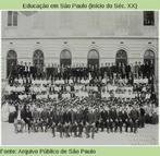 """Alunos da escola normal """"Caetano de Campos"""" tiram retrato em 1908. O prédio, situado na Praça da República, no centro da cidade, abriga atualmente a secretaria de Educação do Estado."""