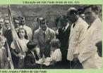 """Em 1942, prefeito de São Carlos recebe de estudantes uma """"pirâmide simbólica""""."""