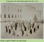 Com saias até os pés, moças fazem alongamento em 1908.