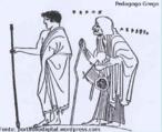 O pedagogo, na Grécia antiga, contribuia na formação na infância. Era ele o encarregado de conduzir as crianças e jovens nos trajetos entre a casa e as palestras. A imagem apresenta um jovem grego acompanhado à palestra pelo seu pedagogo (pintura de um vaso)