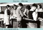 """Nas oficinas para o corpo e para a mente de Decroly, os alunos  escolhem o que querem aprender. Eles participam da construção do próprio currículo, segundo sua curiosidade e sem a separação tradicional entre as disciplinas. Da necessidade de comer pode decorrer o estudo dos alimentos, da história de seu preparo, dos mecanismos econômicos da agricultura e do comércio etc. Para os estudantes, os centros de interesse se estruturam como oficinas. As atividades manuais — entre elas os jogos e as brincadeiras — têm destaque especial. Os exercícios, ao ar livre e em grupo, são estimulados. Decroly criticava a supervalorização do trabalho intelectual e da expressão verbal. """"A escola (tradicional) engorda fisicamente e entorpece mentalmente"""", escreveu."""