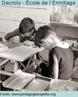 Foto dos trabalhos manuais da École de l'Ermitage, em Bruxelas, fundada por Decroly, cujo o ensino era direcionado aos meninos considerados de infância irregular. Se tornou famosa como exemplo da Escola Nova. Ali aplicou ao ensino de crianças normais as conclusões extraídas da educação de excepcionais