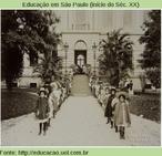 """Meninas se preparam para a festa junina. Diferentemente das atuais """"caipirinhas"""", a moda entre as meninas para as festas juninas eram grandes chapéus, capas e botas"""