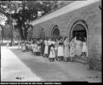 Filas para matrícula nas escolas públicas. Data: 05/03/1954